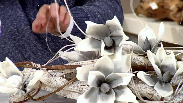 Romeo Sommers maakt enkele plantarrangementen op en gebruikt hiervoor een combinatie van levend materiaal, natuurlijk decoratiemateriaal en foambloemen. Vind...