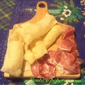 """La """"Ricetta Gnocco fritto"""" è un impasto di pane tipico dell'Emilia, viene fritto e servito ben caldo con salumi e formaggi, oggi è apprezzato in tutt'Italia"""