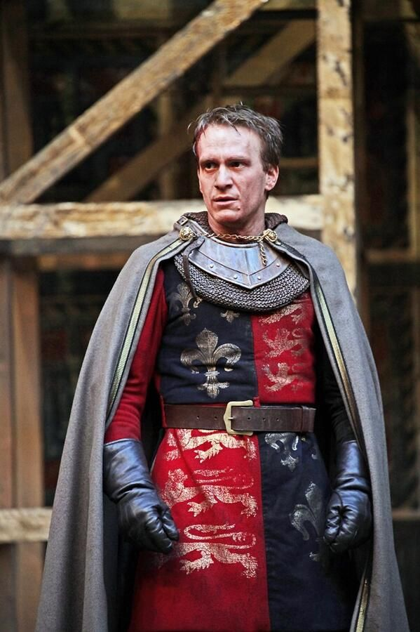 BK: note colours and insignia for the sash. This is Jamie Parker as Henry V, at Shakespeare's Globe 2012