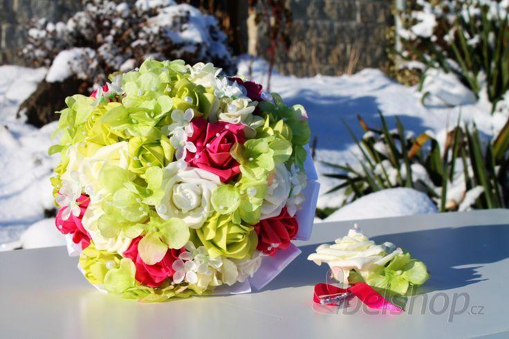 Svěží svatební kytice v zeleno-fuchsiové barvě. Svatební kytice vč. korsáže. Umělá svatební kytice. i