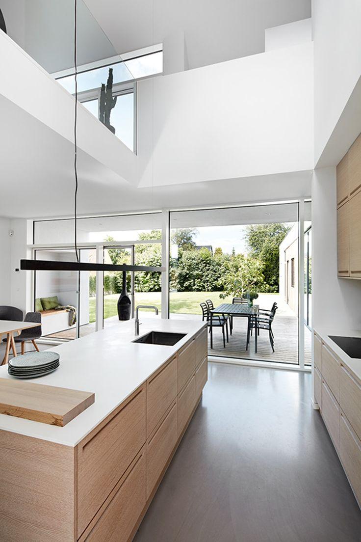 Kig indenfor i dette arkitekttegnede hjem der er bygget op om intelligente løsninger. Materialerne er bæredygtige og lette at vedligeholde, mens opbevaringen er integreret i boligens arkitektur.