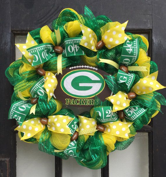 Great 24 green & yellow Green Bay Packers wreath. Made with green & yellow deco mesh. Decorated with football / Packers colors wire edge ribbon, hand painted small round Packers logos, and a hand painted football sign with the Packers logo. Gift for man, gift for football fan, gift for Green Bay fan, Green Bay Packers decor, gift for him, gift for dad, mom packers fan. We make all teams in this style