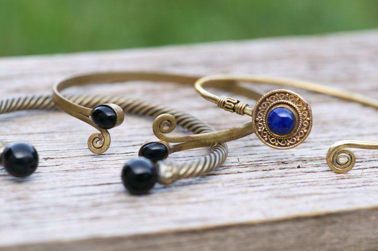 hübsche indische Armreifen mit eingefassten Steinen, blau, schwarz, boho, messsing, arm cuff von JoyMadebySahraJoy auf Etsy https://www.etsy.com/de/listing/485650477/hubsche-indische-armreifen-mit