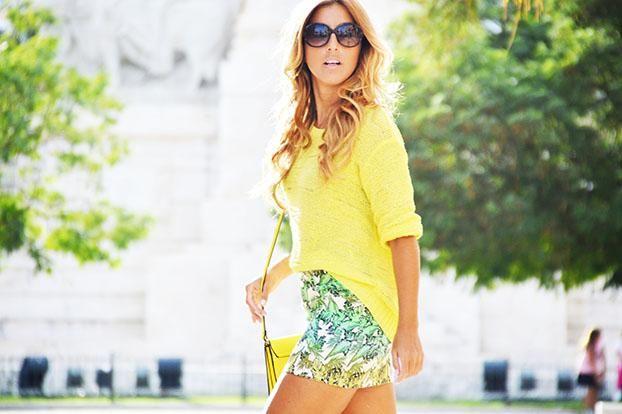 Cómo combinar una falda estampada con palmeras, ¡nos encanta!