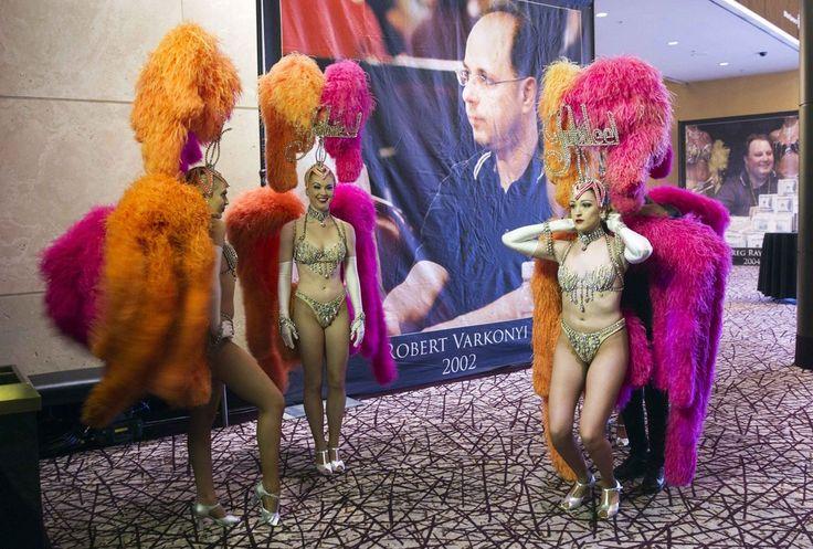 Οι χορεύτριες του ξενοδοχείου-καζίνο Ρίο στο Λας Βέγκας ετοιμάζονται για την τελετή του τελικού αγώνα στο παγκόσμιο πρωτάθλημα πόκερ.