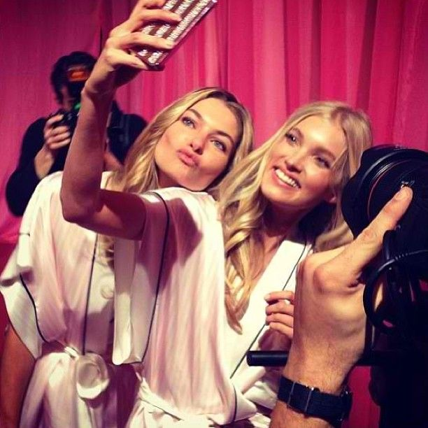 The Backstage of Victoria's Secret: Selfies, Hearts and Lips to The Camera