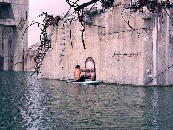 Шон Йоро создает поистине потрясающие картины- фрески. Он рисует их на бетонных стенах разрушенных зданий и мостов. Главная сложность в ом, что рисует он их балансируя на доске для серфинга.
