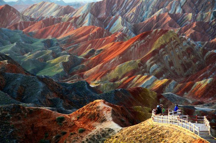 Rochas coloridas Danks Zhangye, China. Estas montanhas surpreendentes na província de Gansu são o sonho de qualquer fotógrafo. As cores variadas surgem das areias vermelhas e de conglomerados produzidos durante o período Cretáceo.