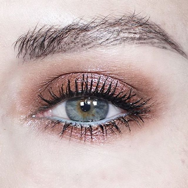 Shadow #inspo c/o @katiejanehughes and the @urbandecaycosmetics Moondust palette.