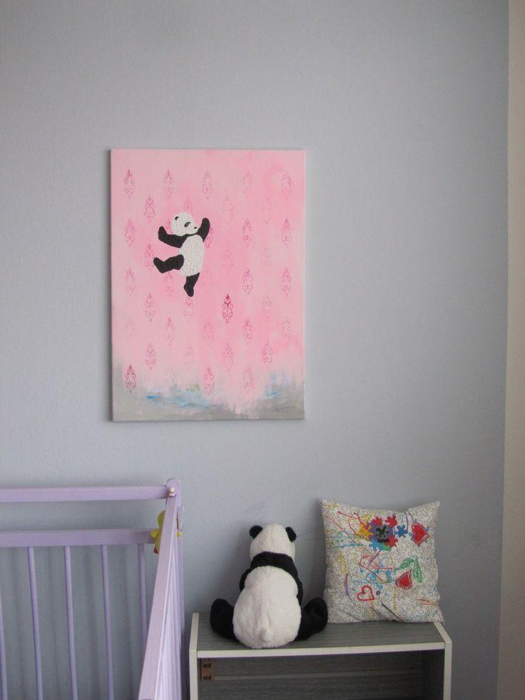 {let Ú let Něžný obraz vhodný nejen do dětského pokojíčku. Původně portrét mého syna s plyšovým pandou, no někdy se to protě nepovode podle plánu:) Malba akrylovými barvami na plátně o rozměru 50x70 cm. ozvláštněno vyšívaným ornamentem tapety v pozadí. Bez rámu.