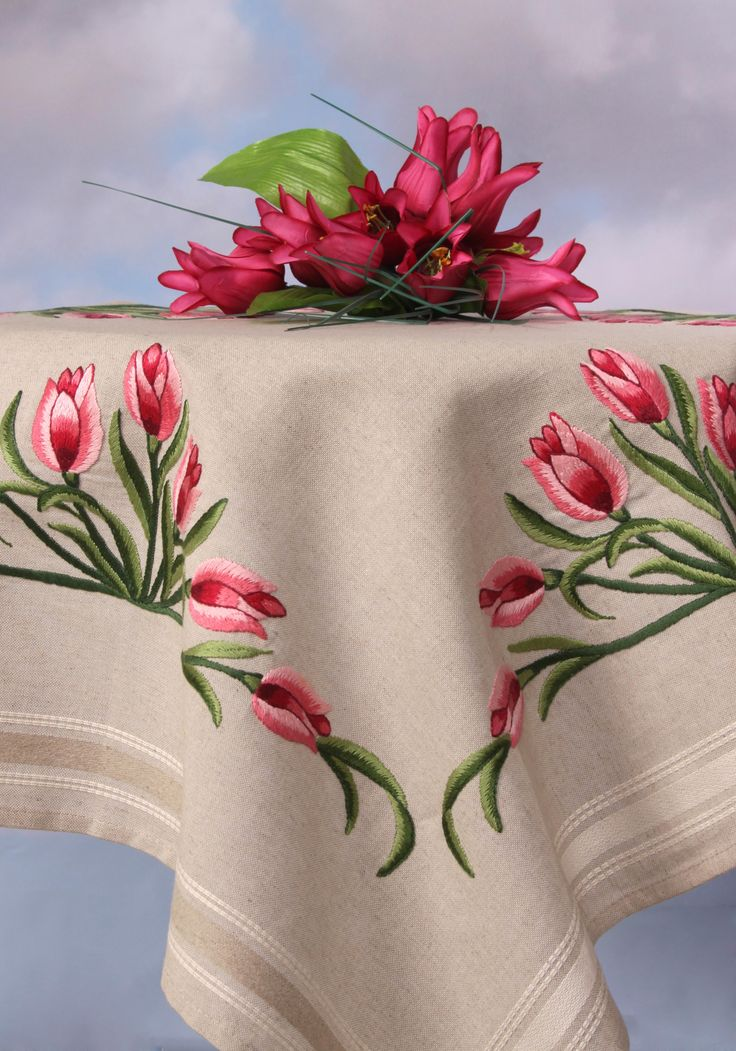 Pembe çiçekli masa örtüsü kare (nakış