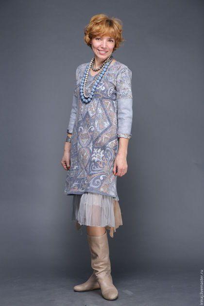 Купить или заказать валяное платье 'Этническое renew' в интернет-магазине на Ярмарке Мастеров. Силуэт - трапеция. Платье из винтажного индийского шелка сари и нежного мериноса 18 микрон. Для девушек пониже меня может выступать как платье. Мне очень нравится вариант с нижней юбкой - чистый восток. Единственный экземпляр - больше нет такого сари. Повтор возможен только в другой ткани. Наличие сари см. в блоге.