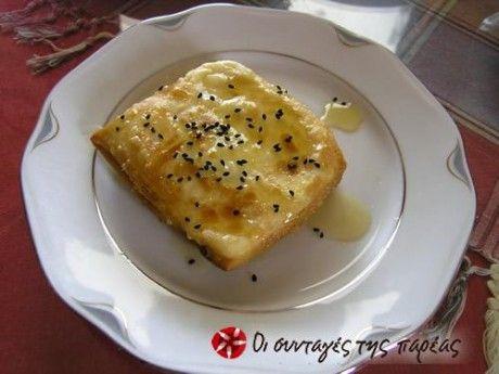 Ένα κομμάτι φέτας τυλιγμένο σε φύλλο κρούστας, με μια απλή αλλά νόστιμη σάλτσα μελιού. Γρήγορο, εύκολο και πεντανόστιμο!