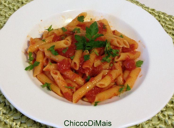 Penne all' arrabbiata (ricetta romana). Ricetta della pasta all' arrabbiata con peperoncino e pomodoro, un primo facile, veloce, economico, vegano