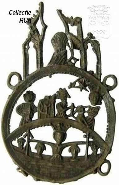 Pelgrimsinsigne gevonden in Arnemuiden. Een heel bijzonder religieus insigne dat gevonden werd tijdens de opgravingen in de bouwput aan de Clasinastraat is het hier getoonde. Het is te dateren omstreek 1400 – 1450. Het is een insigne uit Keulen, met Ursula en haar 1000 maagden in het bootje (Ursula als Mantelmadonna), de Drie Koningen met Moeder en Kind erboven en Petrus op de top. De hoogte is 65 mm en de breedte is 40 mm.
