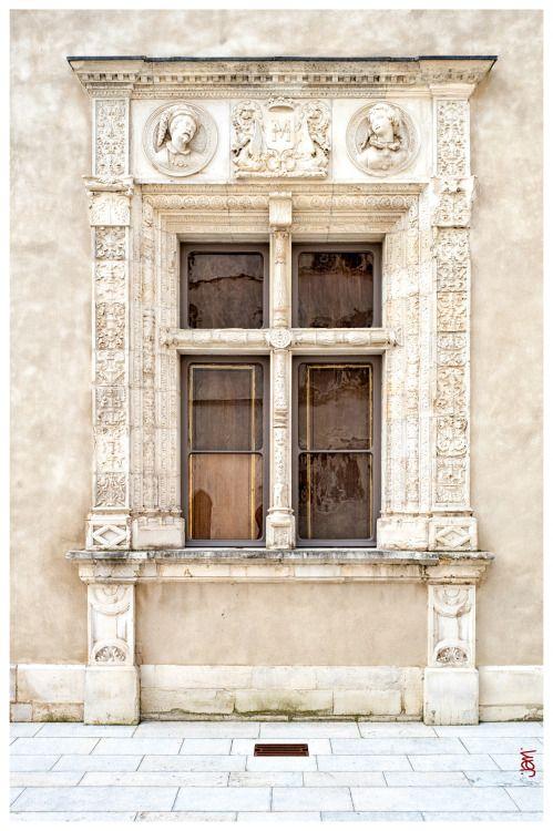 jarrimimram:  Pau, portes et fenêtres de la cour du château …  (02).