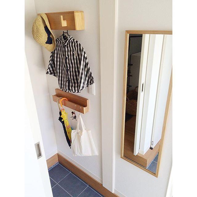 2016.7.26 玄関収納 . 雨降りの火曜日です こんにちは . 靴や傘、冬場はコートなどを入れている玄関収納は本当に造って良かった所✨ . 小さな収納なので、壁収納を使ってちょっとした空間も有効活用をする様にしています . 上の壁掛けフックには、娘のレインコートや帽子を(内側にもハンガーなどがかけられるバーが付いていて便利なんです) . 下のディスプレイラックには、傘や鍵、シャボン玉など入っている袋を掛けたり、印鑑などを置いています 傘も傘立てではなくラックに掛ける事で、タイルのお掃除も楽なんです✨ . もっと大きい収納があったらなぁと思う事もありますが、小さな収納でも工夫する事ですっきりと片付ける事が出来ると思っています☺️ . フックとラックはベルメゾンデイズのものです 桐で出来ているのでとても軽く、お家に馴染むやさしい木目がお気に入りです . #ベルメゾンデイズ #bellemaisondays .