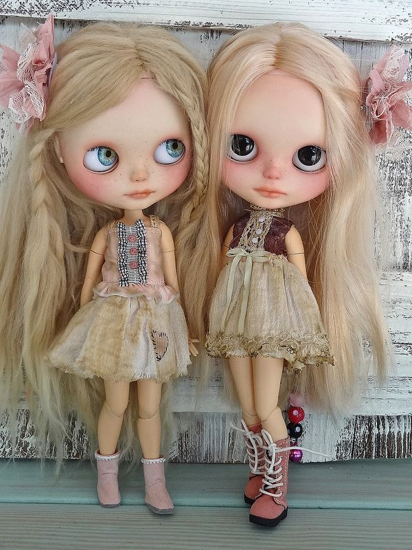 Blythe sisters wearing Petite Apple outfits petiteapplestore.etsy.com