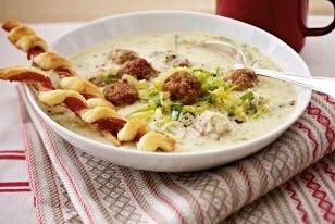 Das Rezept für Porree-Mett-Suppe mit knusprigen Schinkenstangen und weitere kostenlose Rezepte auf LECKER.de