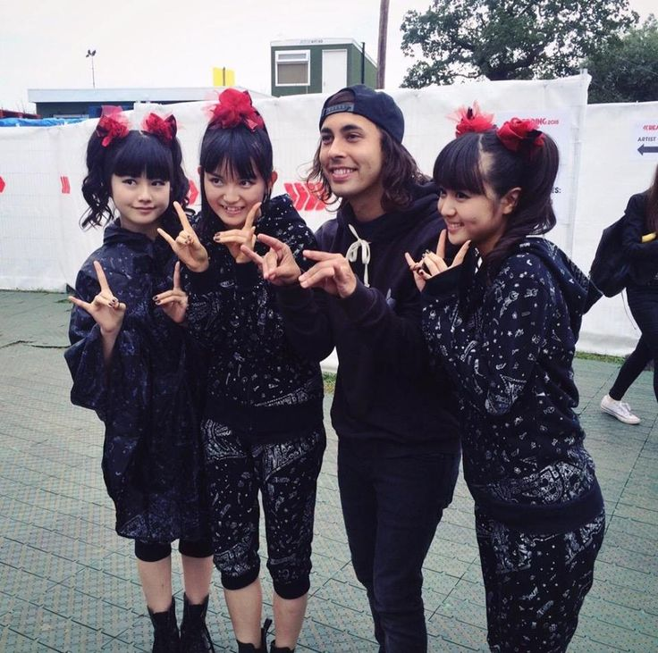 BABYMETAL with Vic Fuentes of Pierce The Veil at Reading Festival 2015!