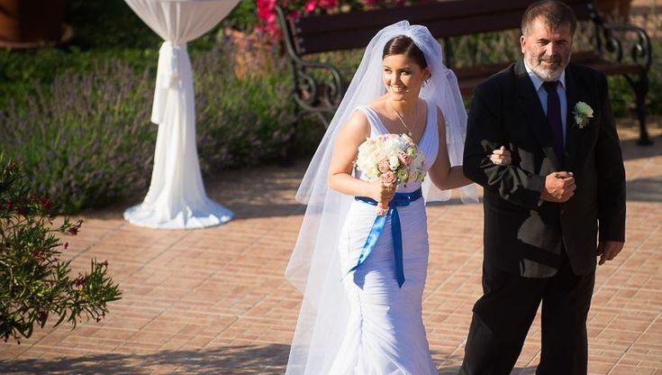 Menyasszonyi fátyol és színes őv #wedding #esküvő #veil #fátyol #menyasszony #csokor #kobaltkék #blue #bridal Foto: Daróczi Csaba