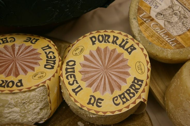 Asturias. Porrúa, queso de cabra.  (Right), La Collada queso de oveja, a ewe's milk cheese made in the Picos de Europa. Photograph by Gerry Dawes©2009 / gerrydawes@aol.com / http://www.gerrydawesspain.com.
