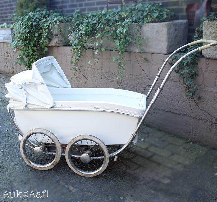 Antieke Kinderwagen wit! http://aukgaaf.com/nl/lifestyle-woonaccessoires-landelijk-wonen-brocante-accessoires/brocante-brocante-meubels-brocante-accessoires/decoratie.html