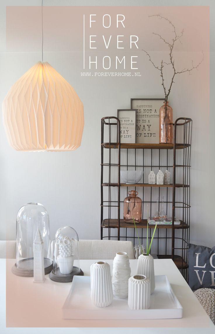 Industriele wandkast metaal met hout zalm roze interieur trend 2014 grafisch ontwerp hanglamp the go round wit karton flesvaas www.foreverhome.nl