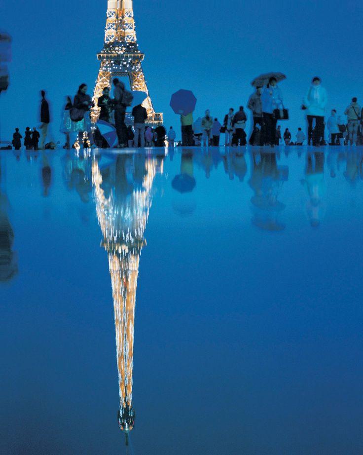 """彫刻の森美術館では、世界各地を独自の目線と色彩で切り取り続ける写真家、市橋織江の""""現在""""を集大成する「市橋織江展 2001-2013」を開催します。  今回の展覧会では、未発表作品から新作を含めた、作家自身の手焼きによるオリジナルプリント100点と大型写真で美術館という空間を構成する初の試みにも挑戦します。市橋織江の""""眼""""をともに体感できる本館ギャラリー1階から中2階へと通り抜け、本館ギャラリー2階に展示された圧倒的な数の写真からは、それぞれの撮影場所の光や空気の流ればかりでなく音や匂いまでもが感じられるようです。写真家として独立して12年。その活動の中で、今ベストと思える作品をお見せします。"""