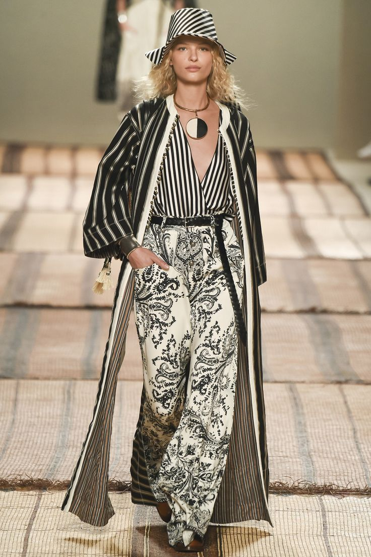 View the complete Etro Spring 2017 collection from Milan Fashion Week.