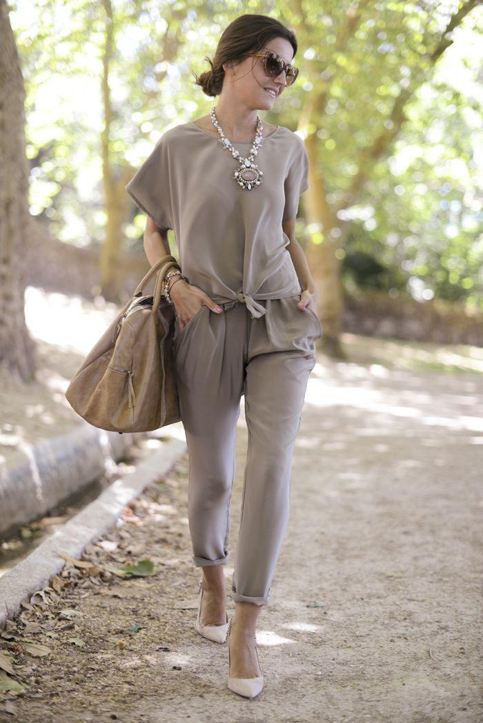 Perfecta combinacion pantalones/top con collar al tono.