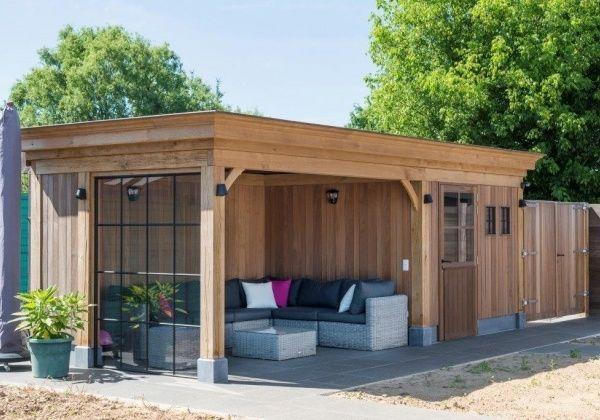 De bewoners kozen hier voor een cottage bijgebouw met plat dak. Uniek aan dit project is het gebruik van verschillende houtsoorten en materialen.