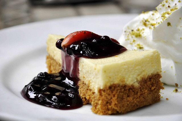 Cheesecake with Blueberry sauce (via in-my-mouth)