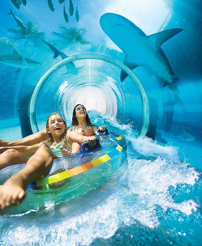 Serpent Slide, Bahama-szigetek  A Bahamákon található Atlantis Water Park látványossága az öt emeletes Serpent Slide csúszda. A látogatók itt egy kisméretű sötét csövön csúsznak végig nagy sebességgel. A lélegzetelállító út fénypontja az átlátszó akril alagút, mely fölé cápákkal teli lagúnákat helyeztek el.