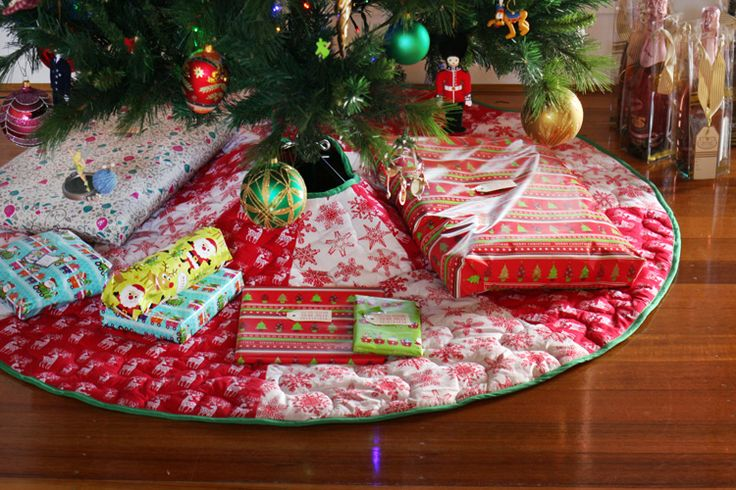 Free downloadable PDF pattern for an 8 paneled Christmas Tree Skirt