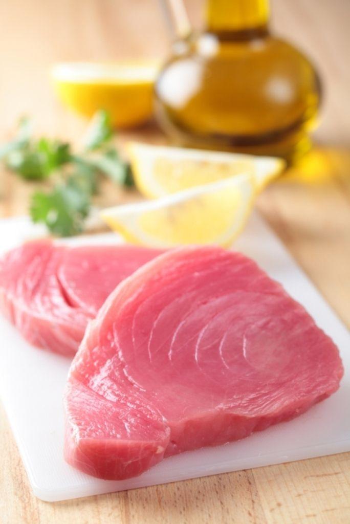 Bereiden:Snij dunne plakjes van de verse tonijn. Kruid met peper en zout, overgiet met een scheutje olijfolie en rasp er wat zeste van limoen over. Bestrooi met fijngehakte bieslook, fijngesnipperde rode ui , zwarte olijven en verse basilicumpesto.Serveren: Werk af met de tomatenpassata en enkele blaadjes verse basilicum.