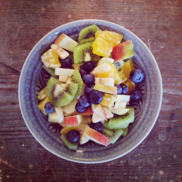 BREAKFAST... monday morning. #goodmorning #helloweek #hellomonday #breakfast #healthy #fruits #nomnom #monday #mondaymorning #newweek #goodstart #obstsalat #montag #frühstück