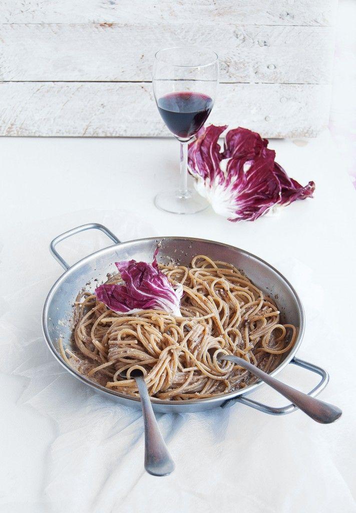 spaghetti integrali con pesto di radicchiom e mandorle