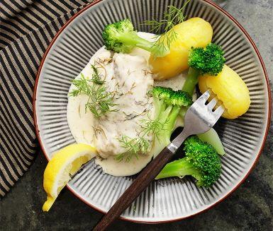 Ett härligt och lättlagat recept på torsk i ugn med en fantastisk dill- och citronsås. Den goda smaken av citron och dill från såsen läggs som ett täcke över torsken innan den tillagas i ugnen. Servera sedan fisken med knaprig broccoli, nykokt potatis och resten av citronklyftorna.