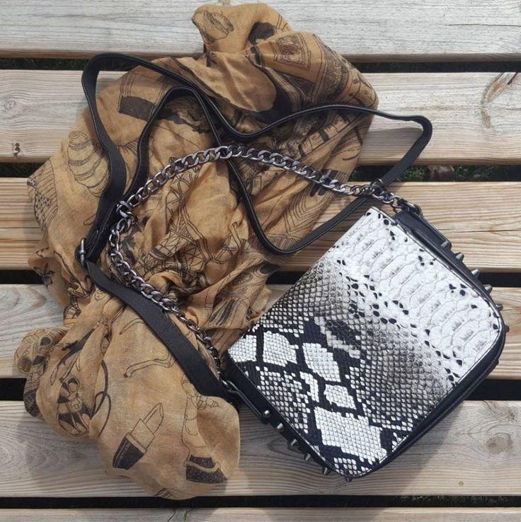 Petit craquage de ♡Sysyinthecity♡ pendant sa pause déjeuner chez #babou : #chèche à 5€ + #sac #pochette #python à 10€