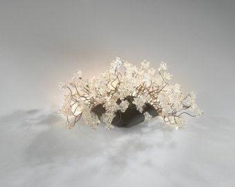 Una lampada a parete è costituito da un mucchio di vedere attraverso i fiori e le foglie. La lampada a parete è fatta di poliestere fiori, che creano una bellissima tonalità mozzafiata di colori sulla parete quando la spia è accesa. La lampada a parete è elegante ed unico e sarà come un pezzo di gioielleria sopra uno specchio, unimmagine, nella vostra camera da letto, soggiorno, cucina o anche il bagno.  ¨¨¨¨¨¨¨¨¨¨¨¨¨°º©©º°¨¨¨¨¨¨¨¨¨¨¨¨°º©©º°¨¨¨¨¨¨¨¨¨¨¨¨  * La lampada da parete è a dimensione…