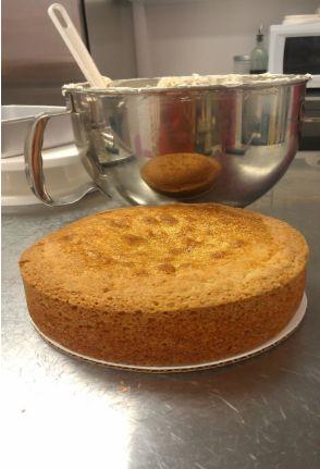 Crumb coating (dirty icing) a cake