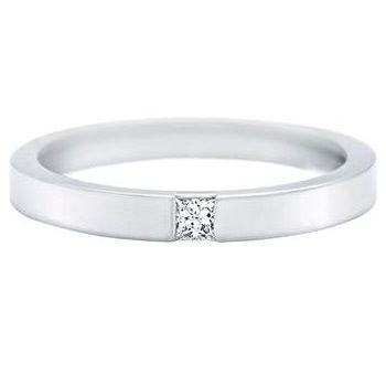 Harry Winston(ハリー・ウィンストン)の結婚指輪、プリンセスカット・マリッジリングのご紹介です。一粒のプリンセスカット・ダイヤモンドをプラチナのアームにセットしたリング。 厳選されたプリンセスカットのダイヤモンドが華やかに輝く、シンプルで存在感のあるリング。【ゼクシィ】なら、Harry Winston(ハリー・ウィンストン)のマリッジリングも多数掲載中。