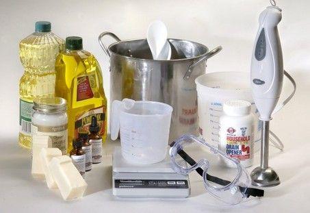 Het wordt tijd om zeep te gaan maken. Ik kan je vertellen: als er iets verslavend is, dan is het wel zeep maken! Zelf zeep maken is niet moeilijk. Begin gewoon, en zie zelf hoe je het vindt. Om zee…