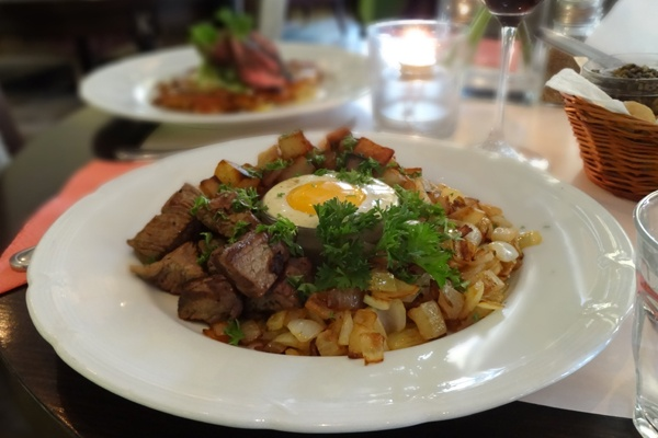 BIFF RYDBERG tärnad & stekt oxfilé, lök samt potatis serveras med senapskräm & rå äggula
