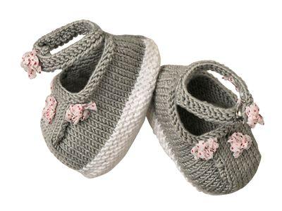 Tenant bien aux pieds avec leur bride boutonnée, ces chaussons boutons de rose sont réalisés au point mousse et en jersey. Ce modèle était présenté dans le n° de mars-avril 2013 d'Enfant Magazine.