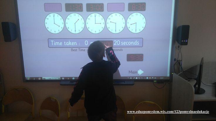 """Gra na tablicę interaktywną """"Zatrzymać zegar"""". Polega na dopasowaniu godzin cyfrowych do godzin na tarczy zegarowej. Gdy gracz dopasuje do siebie wszystkie godziny, należy nacisnąć przycisk """"zatrzymać zegar""""."""