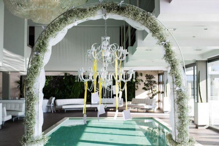 Anche nei matrimoni in spiaggia a Napoli, il tableau de mariage è l'elemento che introduce gli invitati a nozze nel tema del wedding day. Da Ammot Cafè, la
