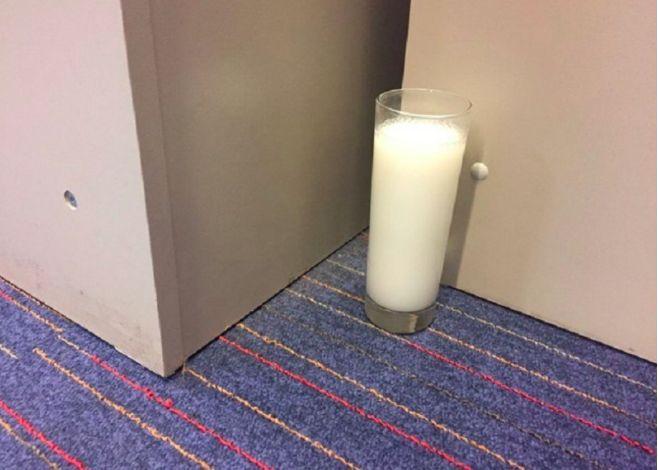 Kamarádka si položila sklenici se solí a octem do rohu své ložnice. Nechápala jsem proč to dělá, ale když jsem ji viděla, musela jsem to vyzkoušet také! -