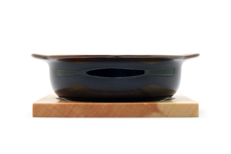 なつめグラタンは、木製の受け台の付いたグラタン皿。このグラタン皿は波佐見焼きの産地である長崎県波佐見町の陶磁器メーカー白山陶器の皿です。白山陶器は多くの和食器を製造し、100点以上のグッドデザイン賞を受賞しています。